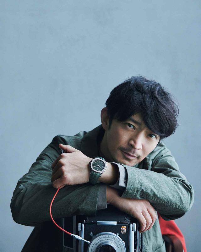 画像1: <撮りおろし&インタビュー> 津田健次郎―― 心の冒険を誘う腕時計