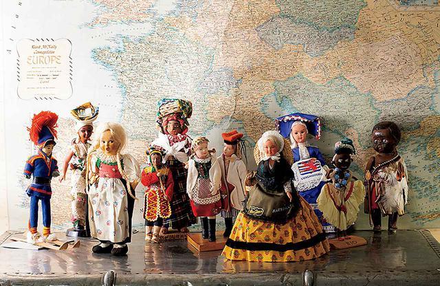 画像: 昨年閉館した淡路島の「兼高かおる旅の資料館」に展示されていた、兼高が世界各地で求めた数百点の人形コレクションの一部。現在、新たな資料館を準備中だ。兼高は1986〜2005年、「横浜人形の家」の館長も務めた
