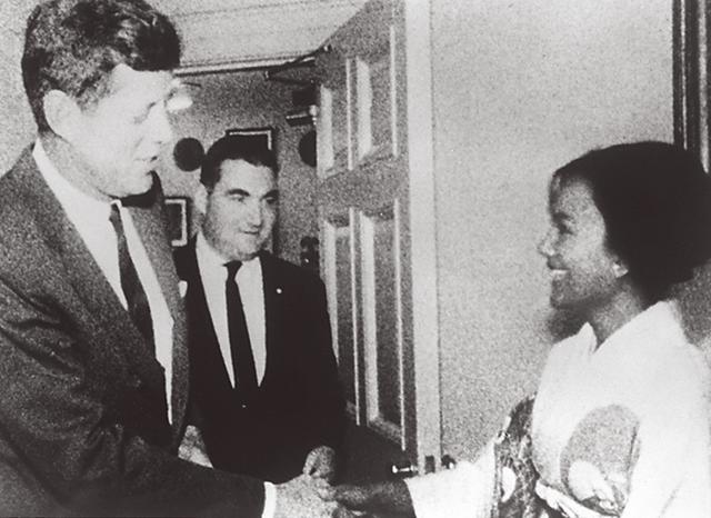 画像: 1962年10月、アメリカ取材ではジョン・F・ケネディと対談。弟のロバート・F・ケネディとも挨拶を交わした COURTESY OF KAORUKANETAKA FUND