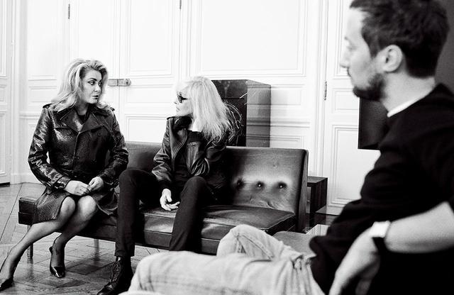画像: (左から)女優カトリーヌ・ドヌーヴ、ベティ・カトルー、サンローランのクリエイティブ・ディレクター、アンソニー・ヴァカレロ(39歳)。2021年2月11日、パリにあるサンローランのデザイン・スタジオにて撮影。 ドヌーヴ着用のトレンチコート¥605,000、靴¥121,000、インナー、タイツ(ともに参考商品)、カトルー着用のブルゾン¥561,000、デニム¥71,500、インナー、靴(ともに参考商品)/サンローラン バイ アンソニー・ヴァカレロ サンローラン クライアントサービス フリーダイヤル:0120-95-2746