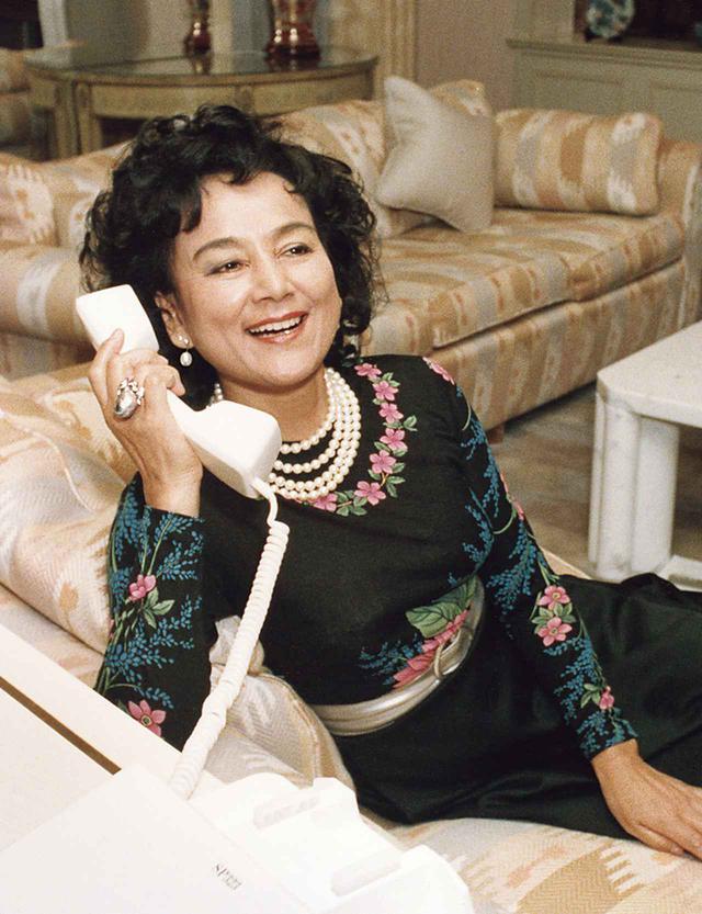 画像: 兼高56歳の頃のスナップ。「兼高かおる世界の旅」放送25周年を記念した特別番組収録後に。1984年、ホテルオークラのスイートルームにて COURTESY OF KAORUKANETAKA FUND