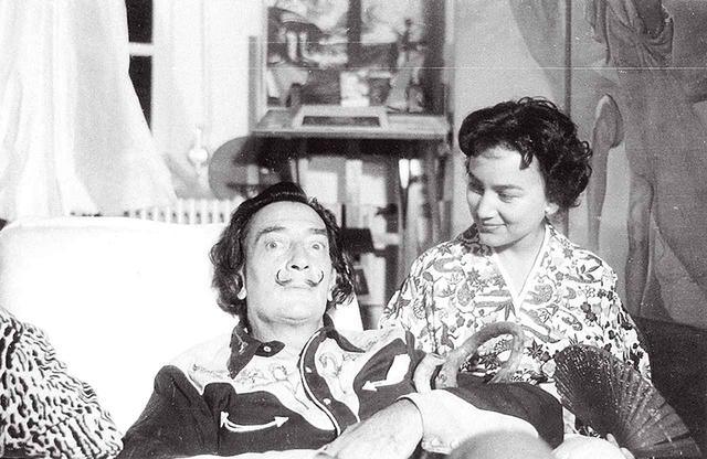 画像: 1959年9月、スペイン・バルセロナ取材では、サルバドール・ダリの自宅へ。ワインをごちそうになった。初期の取材時は、日本文化の広報も兼ねて着物で臨んだ COURTESY OF KAORUKANETAKA FUND