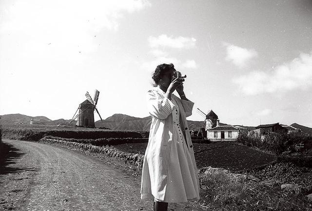 画像: ポルトガルのサンタマリア島にて、ミリカメラを手に田園風景を撮影中 COURTESY OF KAORUKANETAKA FUND