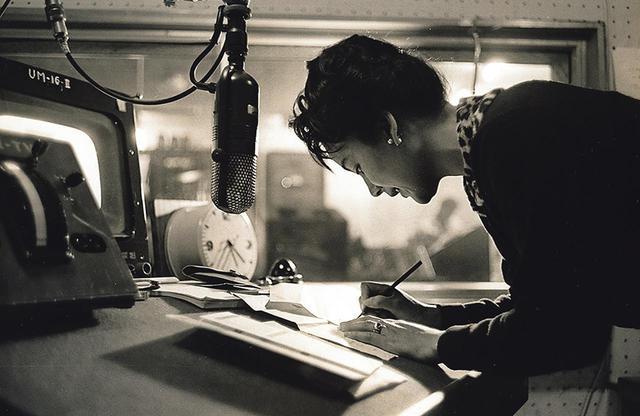 画像: 収録スタジオにて。芥川隆行との当意即妙な会話も人気を呼んだ。1978年からは英語の副音声も放送。協賛社であるパンアメリカン元極東地区広報担当支配人のジョーンズ氏とその妻がナレーションを担当した COURTESY OF KAORUKANETAKA FUND