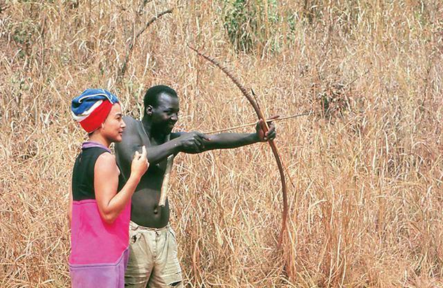 画像: アフリカ・ベナン(旧ダホメ)では、弓矢の技を伝授された。V.I.P.も一般の人々も分け隔てなく、好奇心と敬意をもって接した COURTESY OF KAORUKANETAKA FUND