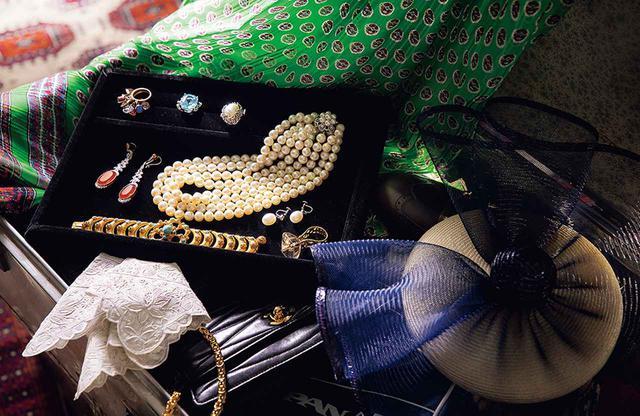 画像: 兼高の愛用品。旅行の荷物は驚くほどコンパクトだった。アクセサリートレイ上段中央のアクアマリンの指輪は母から贈られたもの。海外取材時には、日本が誇るパールをよく身につけていた。グリーンの布地は、ウンガロのセットアップ