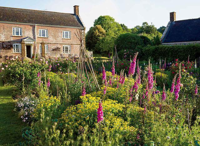 画像: ジャスパーのレンガの家、ベティスクーム荘園を庭から眺める