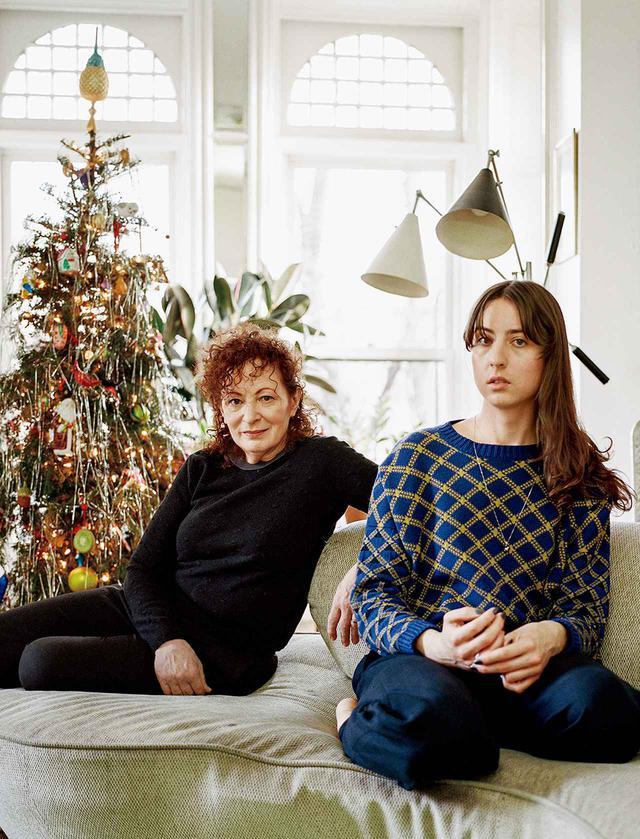 画像: (左)アーティストのナン・ゴールディンは67歳。(右)ライターのソーラ・シームセンは30歳。撮影は2021年1月9日、ブルックリン・クリントンヒルにあるゴールディンのアパートにて