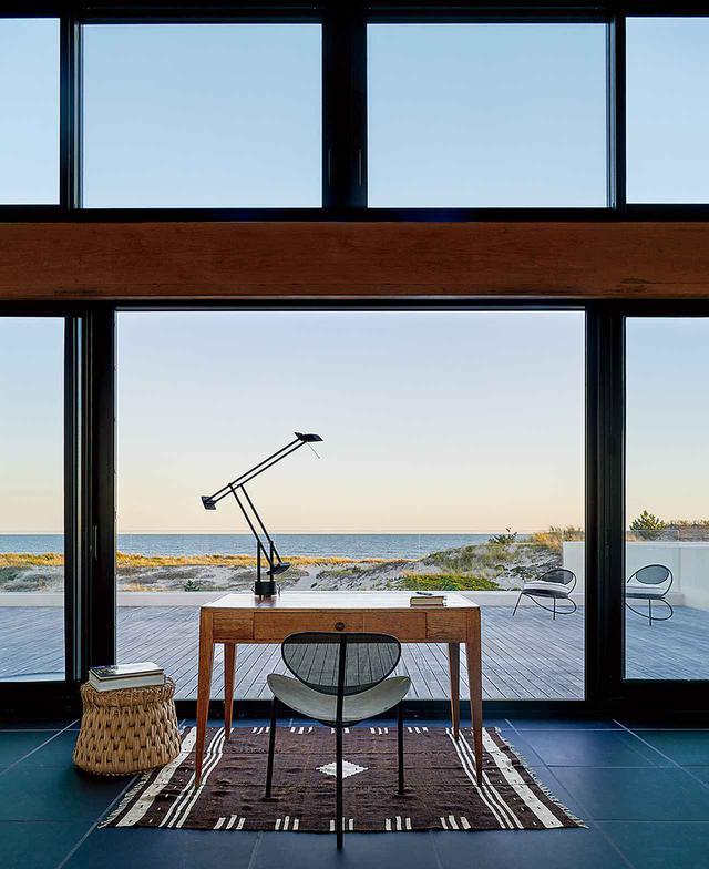 画像: 3階の仕事部屋。マシュー・マテゴの《ナガサキチェア》、エミール=ジャック・ルールマンのアンティークの机、シュロを手編みしたメキシコ製スツール《Icpalli》
