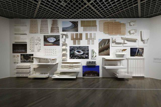 画像: 展示風景より。東京2020オリンピック・パラリンピック競技大会の会場となる国立競技場のスタディ模型も並ぶ © KIOKU KEIZO