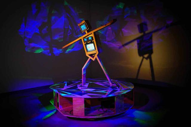 画像: 《スケート選手》1991-92年 久保田成子ヴィデオ・アート財団蔵(新潟県立近代美術館での展示風景、2021年) PHOTOGRAPH BY YUKIHIRO YOSHIHARA © ESTATE OF SHIGEKO KUBOTA