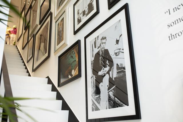 画像: 階段部分には、ラルフ ローレンの50年以上に及ぶ歴史を物語る写真やアートワークが展示されている PHOTOGRAPHS:COURTESY OF RALPH LAUREN