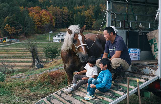 画像: 岩間 敬(TAKASHI IWAMA) 1978年、岩手県遠野市生まれ。「一般社団法人馬搬振興会」代表理事、「三馬力社」代表。建築家を目指し専門学校を卒業後、東京の乗馬クラブに勤務。その後帰郷し、乗用馬の繁殖・調教を行う会社に勤務しながら、農林業に携わる。2010年、「遠野馬搬振興会」を立ち上げる。2012年、岩手競馬・馬事文化賞受賞。2016年には「一般社団法人馬搬振興会」を設立。2020年、「三馬力社」代表取締役に就任。馬と人がともに働く機会の創出や、西アフリカでの馬耕指導をはじめ、畜力活用技術指導による国際貢献にも尽力している。2011年英国馬搬技術コンテスト・シングル部門優勝。2012年岩手県競馬・馬事文化賞受賞。2012年欧州馬搬選手権シングル部門7位