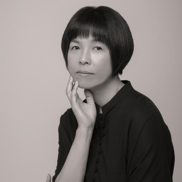 画像: 原⽥マハ(MAHA HARADA) 作家。キュレーターとして森美術館開設準備室に勤務、ニューヨーク近代美術館への派遣を経て、2006年「カフーを待ちわびて」で作家デビュー。2012年「楽園のカンヴァス」で⼭本周五郎賞など受賞多数。'14年、伊藤ハンスとともに「エコール・ド・キュリオジテ」のプロジェクトをローンチ PHOTOGRAPH BY ZIGEN