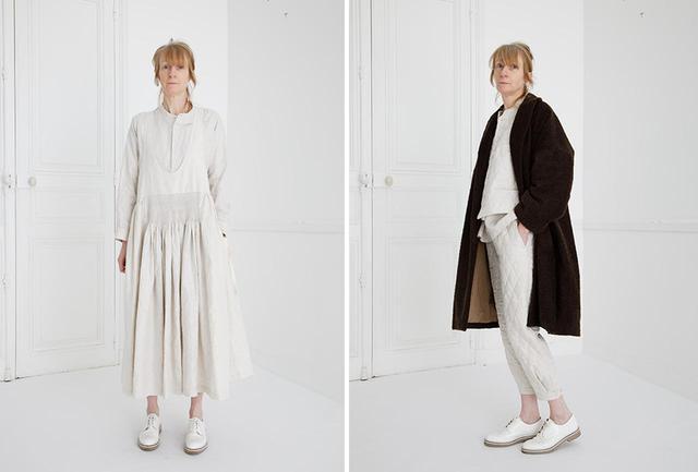 """画像: (写真左)今シーズンのテーマである陶芸家のルーシー・リーから着想を得た、""""LUCIE""""と名付けられたエプロンドレスは、同系色のシャツと重ねて (写真右)ルーシーのパートナーであったハンス・コパーをイメージして作られたアルパカヘアのコート """"COPPER"""" PHOTOGRAPHS: COURTESY OF ÉCOLE DE CURIOSITÉS"""