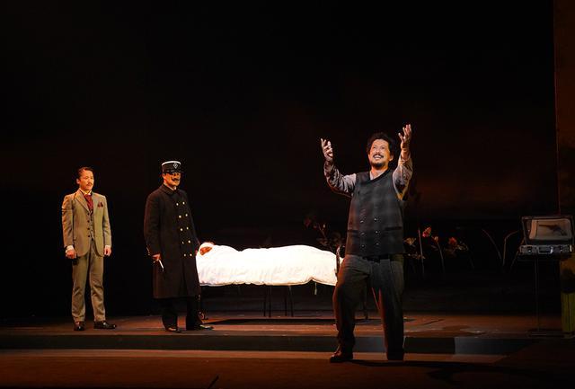 画像: 伊藤氏が手掛けた舞台コスチューム。ゴッホやゴーギャンが生きた19世紀末の世界観を再現 (キャスト 左から:大鶴佐助、金子岳憲、池内博之) PHOTOGRAPH BY MAIKO MIYAGAWA