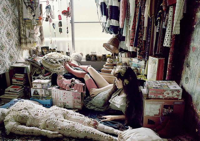 画像: 《ハイヒールプロジェクト》シリーズより《子供の足の私》(2011)。義足や裁縫によるオブジェを見せるためのマネキンとして自身も登場 © MARI KATAYAMA, COURTESY OF AKIO NAGASAWA GALLERY