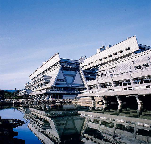画像: 合掌造りや神社の社殿を彷彿させる台形をモチーフにした国立京都国際会館。京都の街や自然との融合が試された COURTESY OF KYOTO INTERNATIONAL CONFERENCE CENTER