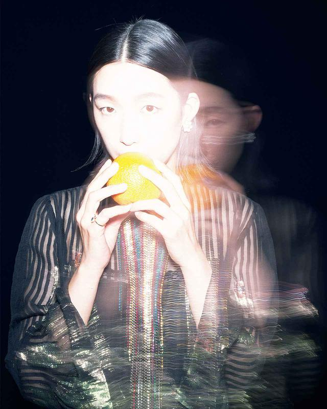 画像: 透け感のあるシフォン生地に、マルチカラーのビジューネックディテールやオリエンタルなフラワーモチーフをちりばめて主役級の一着に仕上げたドレス。さまざまな要素を丁寧に重ねて作り上げるテクニックは、舞台上で多様な人生を演じきる俳優の仕事にも似て ドレス¥1,100,000、イヤリング¥52,800、リング¥35,200/グッチ グッチ ジャパン クライアントサービス フリーダイヤル:0120-99-2177