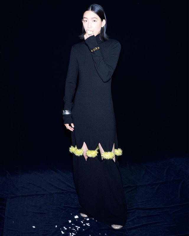 画像: クリスタルとガラスのビーズを、膝のスリットにあしらうことで鮮烈なインパクトを残す肉厚ニットのロングドレス。スパークした気持ちの高まりが火花となったようにも見える一着は、江口のりこが演じる強く美しい女性像にも重なって見える ドレス¥2,200,000、ミュール¥242,000、バングル(右手上)¥192,500、(下)¥355,300、(左手)¥124,300/ボッテガ・ヴェネタ ボッテガ・ヴェネタ ジャパン フリーダイヤル:0120-60-1966