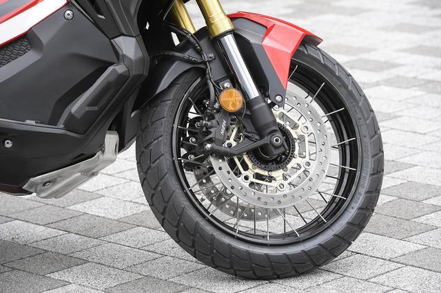 画像: ABSを標準装備。ローターとキャリパーはアフリカツインと同一、ホイールはアルミリム+ステンレススポーク。チューブレスタイヤ採用のため、クロススポーク張りとしている。