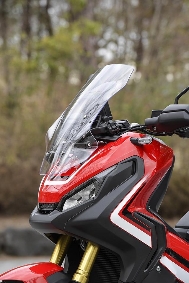 画像: スクリーンは手動で5段階に調整可能。最大差は136mmで、高速走行時に最高位置にセットすると、伏せ姿勢を取らずにヘルメット上部まで走行風が当たらなくなる。パンタグラフ式の稼働システムもよく考えられている。