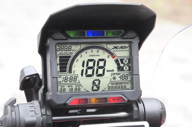 画像: 中央にスピード、タコメーターはバーグラフ式で、瞬間/平均燃費、時計/カレンダー、外気温を常時表示し、走行モード、オド&ツイントリップ、ギアポジションを表示する。