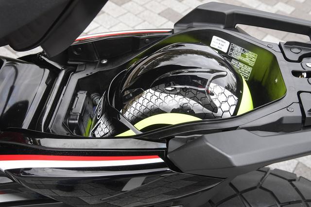 画像: フルフェイスはもちろん、ツバつきオフロードヘルメットも収納できるシート下スペース。12V電源、ETC車載器を標準装備。海外仕様と同じくグリップヒーターも標準装備。