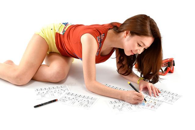 画像: レース中に次のルートを把握しやすいように蛍光ペンなどで事前にマーキングするのが一般的。A5サイズのプリントをつなげ合わせてロール状にして使用する。