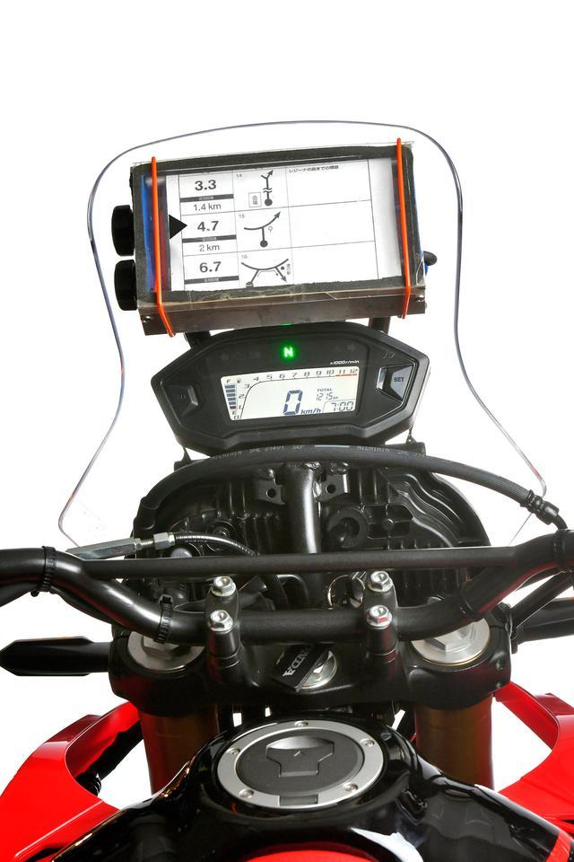 画像: マップケース(マップホルダーとも呼ばれる)は進んだり、迷って戻したりのスクロールを手動でやるものと電動でやるものがあり、当然、電動の方がライダーの負担は小さい。装着はすぐに確認出来る位置に搭載させる。