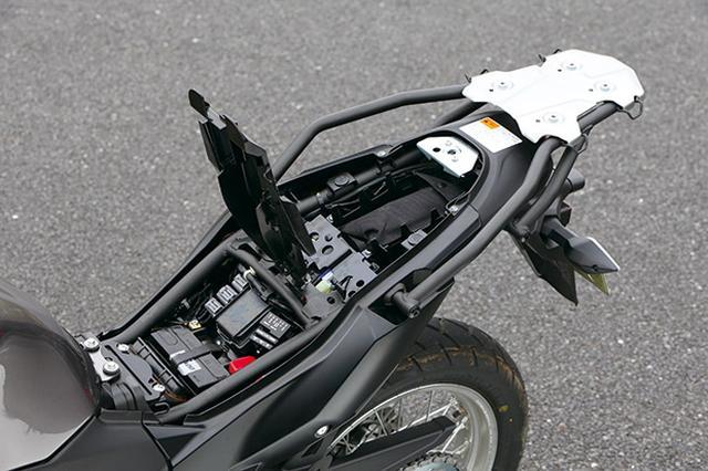 画像: シートを外すと小物が収納可能なトレイを装備。それを開けると車載工具が入っている。グラブバーはハンドルと同じ直径で握りやすい。