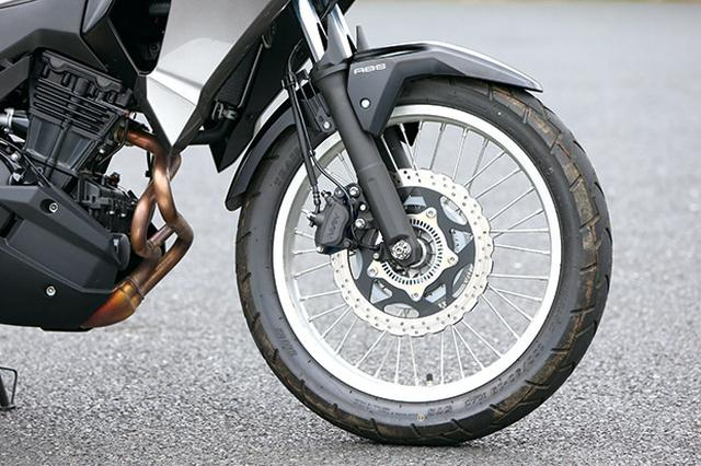 画像: フロント19インチでデュアルパーパスタイヤのIRC製GP210を採用。ABSは標準装備で、ブレーキディスクはφ290mm。