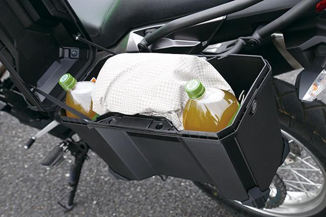画像: ツアラーでは標準装備となる大容量のパニアケースは、シンプルに使い勝手の良い四角い形状。2Lのペットボトルが縦に入るサイズ。
