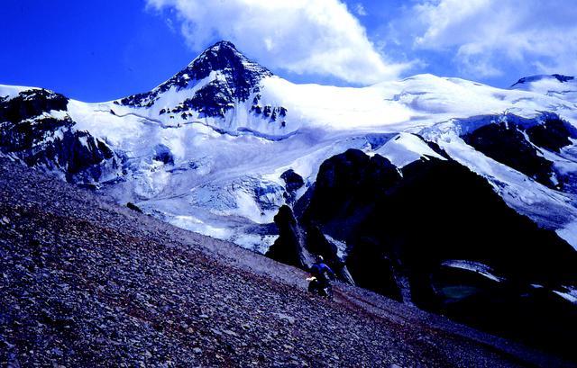 画像: アンデス山脈の最高峰アコンカグア(アルゼンチン6,965m)のバイク登攀に挑む。積雪に阻まれバイクでは高度5,880m、徒歩で6,750mを達成する。