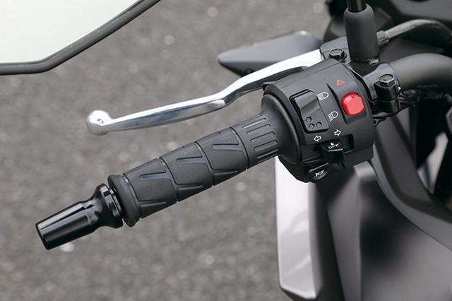 画像: ハンドル左には、ヘッドライトのハイロー、ハザード、ウインカー、警笛スイッチが使いやすい位置にバランスよく配置されている。