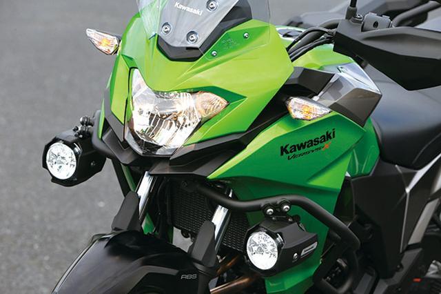 画像: エッジの効いたデザインのヘッドライト&カウル。ツアラーはエンジンガード標準装備だが、PIAA製LEDフォグランプはオプション。
