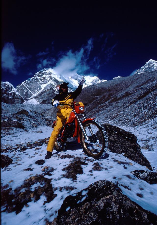 画像: ネパール側から挑戦。プモリ南稜でバイクによる高度5,880mという世界記録を樹立する。