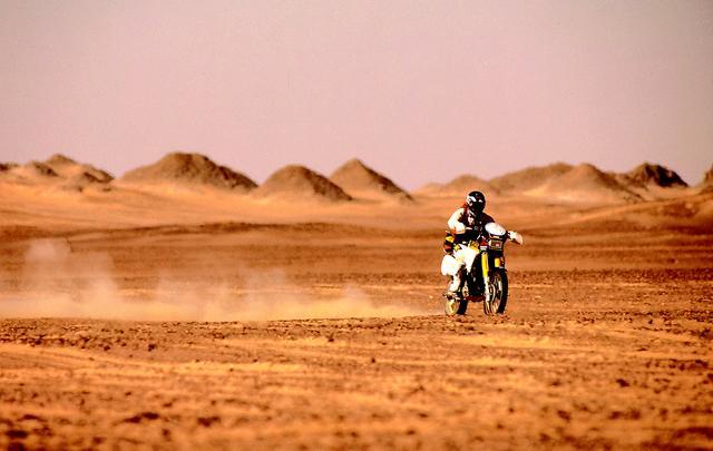画像: 歌手・宇崎竜童氏、俳優・根津甚八氏とともにエジプト・ファラオラリー参戦。250ccクラスで優勝。