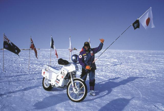 画像: 史上初めてバイクによる南極点 到達に成功。同時に世界初の陸路による両極点到達者となる。