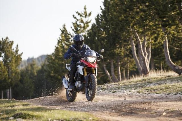画像: BMW Motorradのブランドを形作ってきた、伝統あるオフロード・スタイルのスポーティなデザインに、 排気量313ccの水冷単気筒エンジンを搭載。