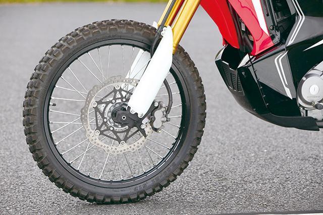 画像: 本格的なオフモデル同様、フロント21インチを採用しタイヤはIRC製GP21。前後ディスクブレーキで、ABSモデルもラインアップ。