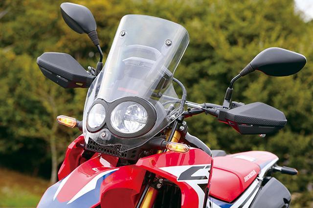 画像: フレームマウントされたスクリーンは高速道路でも効力を発揮。左右非対称二眼LEDヘッドライトはロービームで広範囲に照射する。