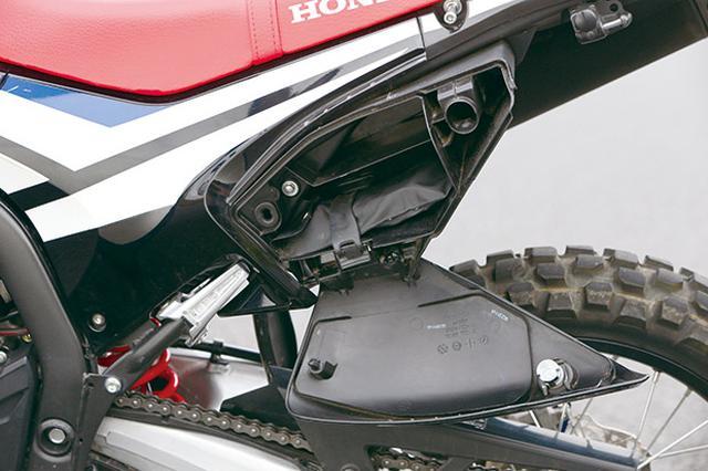 画像: 左サイドカバーには工具や小物を収納できる便利なカギ付きツールボックを装備。ヘルメットホルダーも装備。