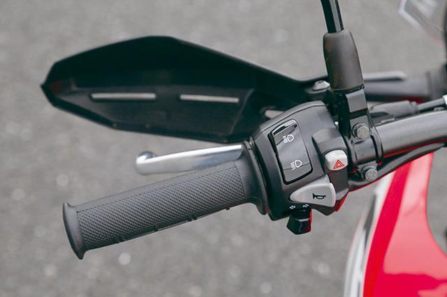 画像: ハンドル左にはハイロー切り替えとハザード、ウインカー、警笛のスイッチを装備。ナックルガードも標準装備する。