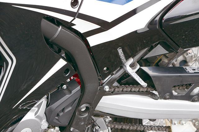 画像: 無駄のないシンプルな折りたたみタイプのタンデムステップは、シートレールに向かうサブフレームに直接装着される。