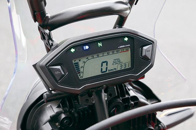 画像: デジタルスピードメーターは速度計、燃料計、走行距離、時計など充実。メーター上部にはハンドルと同じ直径のアクセサリーバーを装備。