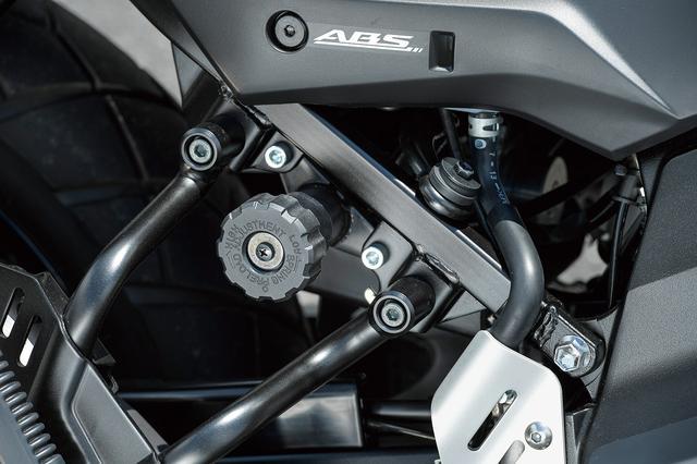 画像: リヤサスペンションのプリロードを工具無しで変更できるプリロードアジャスターを装備。タンデムや重い荷物を満載したときに手軽にセッティング変更できる。