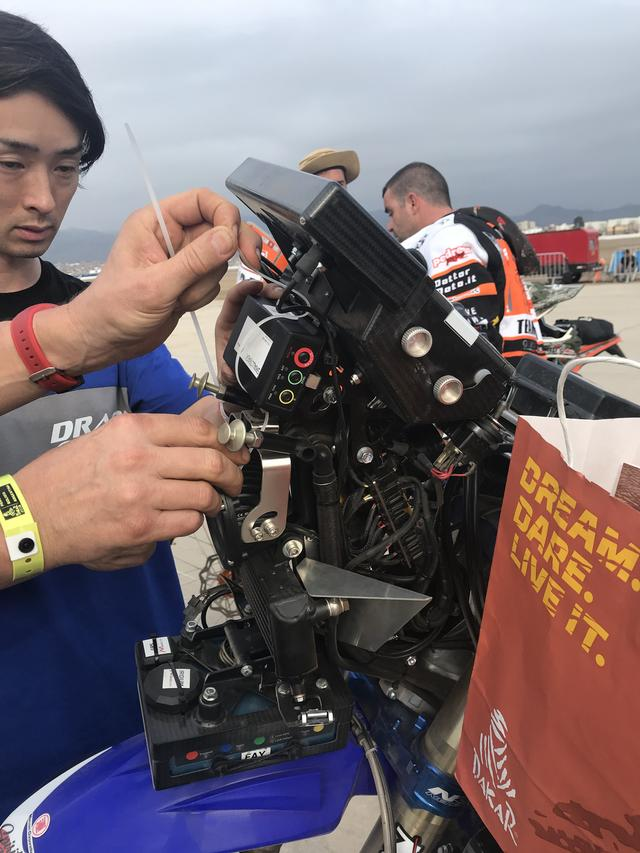 画像: ハンドル前に装備される計器類の数だけでもハンパじゃない。