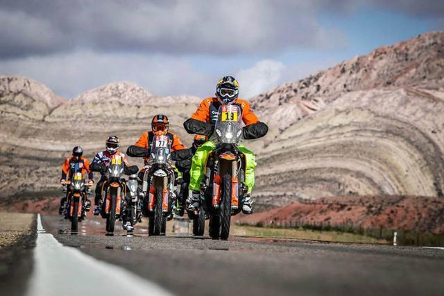 画像: マラソンステージがキャンセルになったとはいえ、次のステージまで数百キロはバイクで移動しなければならない。ライダーたちはサンフアンにあるエル・ゾンタサーキットまで、クルーと同じルートを使っての移動。