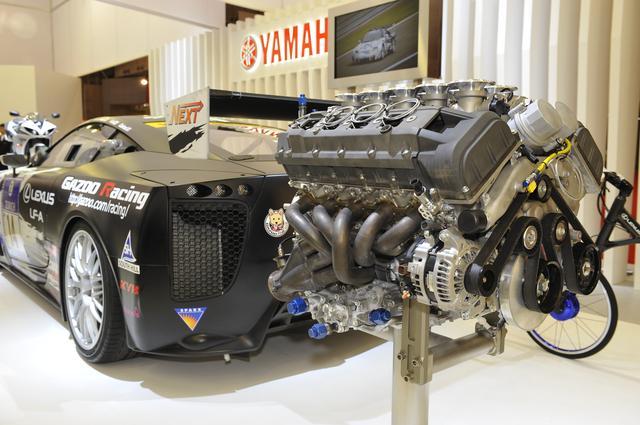 画像: ヤマハブースに展示されたV10エンジンとテスト車両。